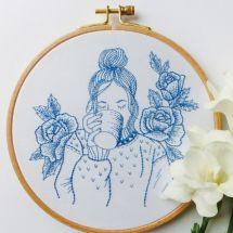 Kit de broderie sur tambour - Tamar Nahir Yanai - Femme bleue à fleurs