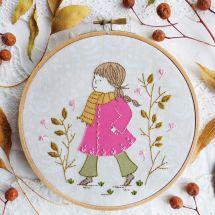 Kit de broderie sur tambour - Tamar Nahir Yanai - Fille au manteau rose